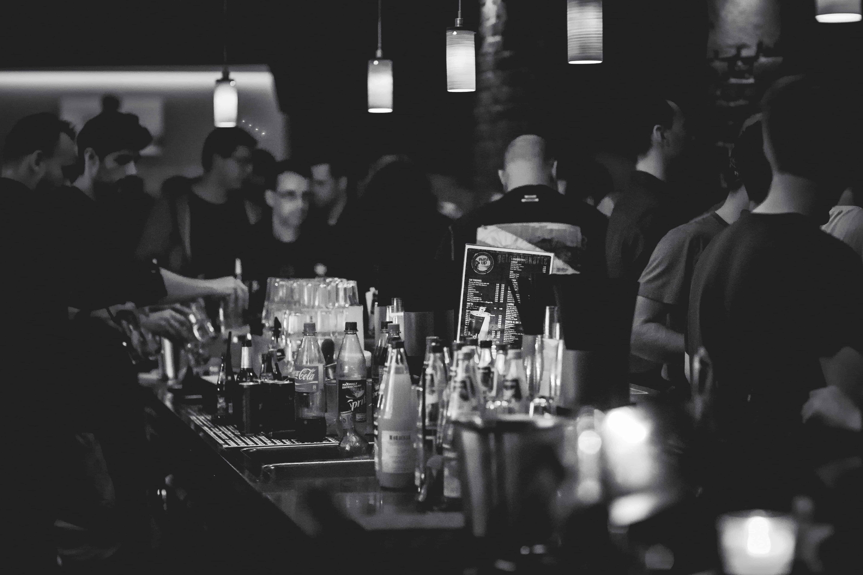 Foule devant un bar avec boissons