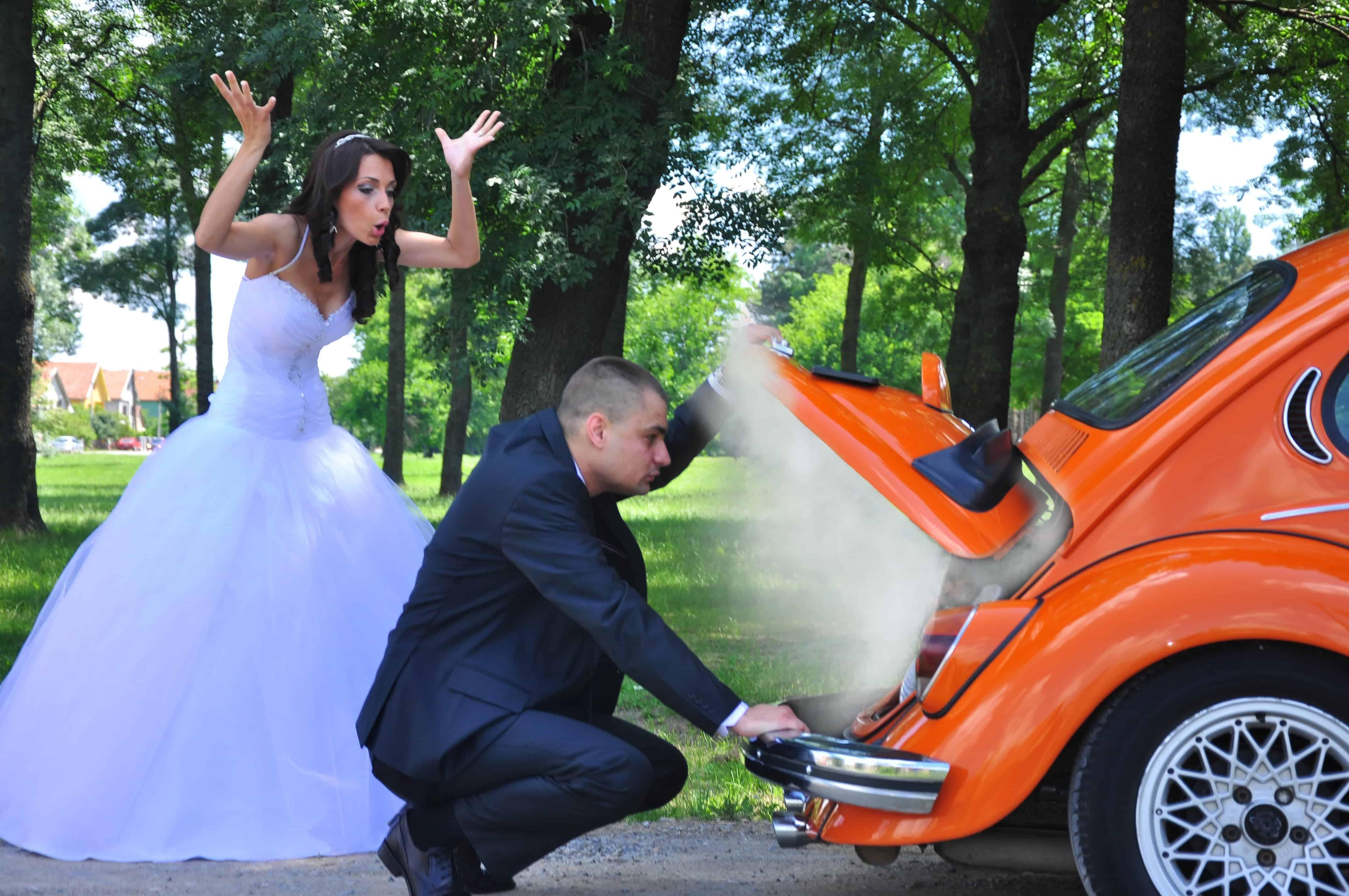 Couple de marès devant une voiture en panne
