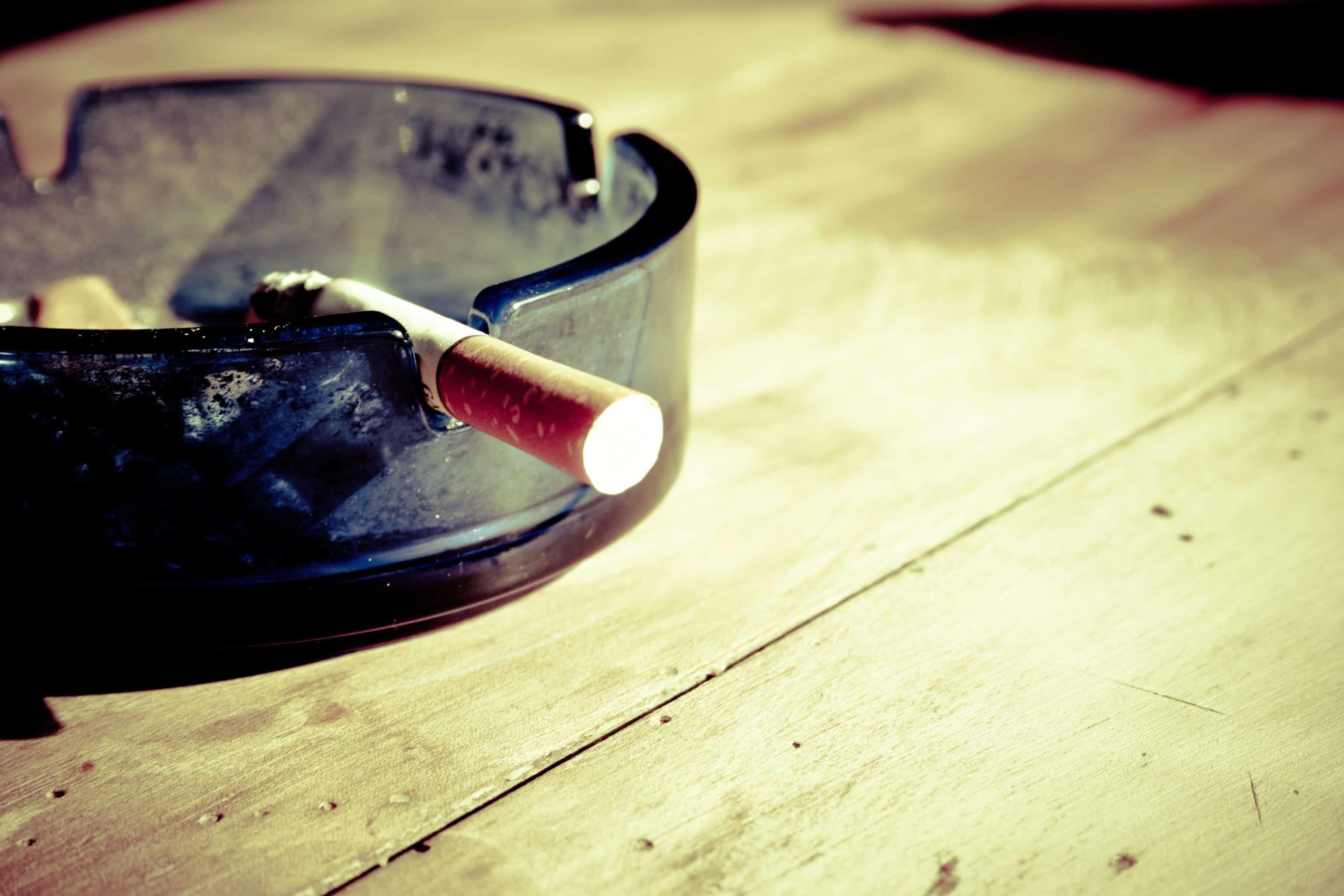 Cendrier avec un mégot de cigarette