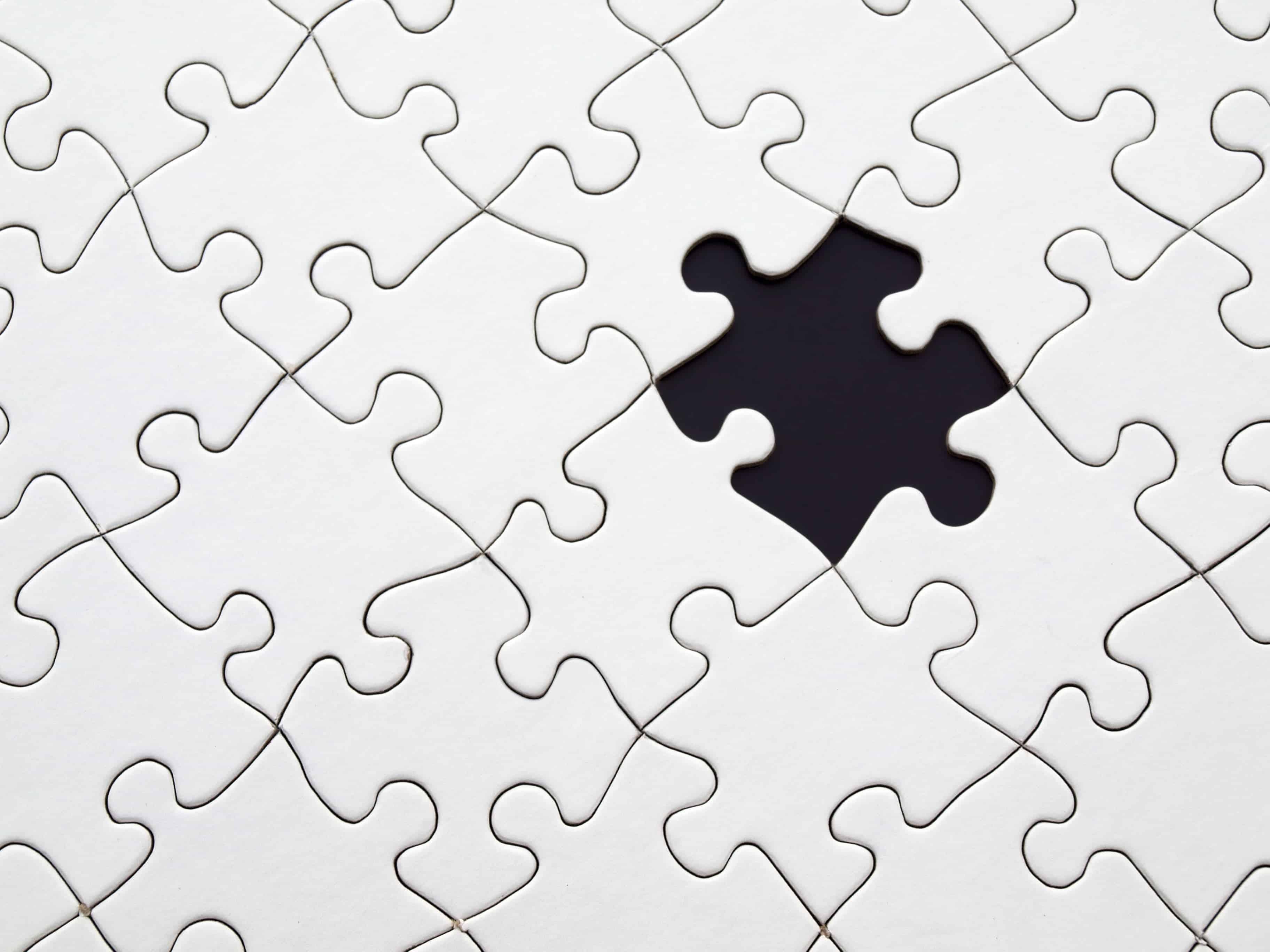 Detail d'un puzzle en noir et blanc avec une pièce manquante